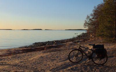 Radfahren auf der Küstenroute durch die finnische Schärenwelt